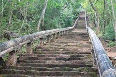 对山顶寺庙废墟的石楼梯在柬埔寨 免版税库存照片