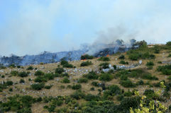 对山Castel圣彼得罗Prenestini的放火攻击  免版税库存图片
