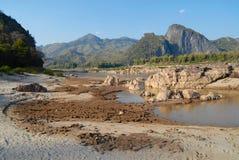 对岩石的看法在湄公河的床旱季的在琅勃拉邦,老挝附近 免版税图库摄影