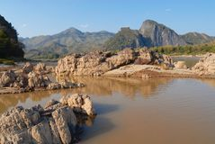 对岩石的看法在湄公河的床旱季的在琅勃拉邦,老挝附近 免版税库存照片