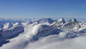 对峰顶的全景在少女峰地区瑞士 库存图片