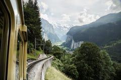 对峰顶的火车 免版税库存照片