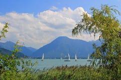 对巡航的风船和wallberg,湖tegernsee的看法 免版税库存图片