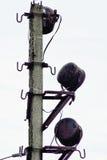 对工业区的老探照灯帆柱 免版税库存照片