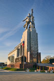 对工作者和苏联的集体农庄的妇女的纪念碑在VDNKh -莫斯科Monum 库存图片