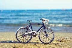 对工艺品自行车纪念品的白天视图在沙子 免版税库存照片