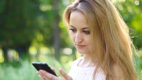 对巧妙的电话的妇女用途 股票视频