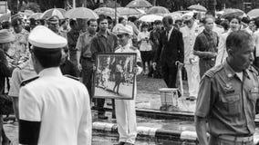 对已故的国王普密蓬・阿杜德的正式薪水尊敬 图库摄影