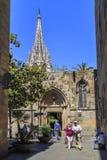 对巴塞罗那大教堂的庭院的入口  免版税库存图片