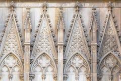 对巴塞罗那` s哥特式大教堂,亦称La Seu的对称建筑石细节的特写镜头视图 免版税库存照片