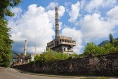 对市的入口特克瓦尔切利Tquarchal 对能源厂的看法 免版税库存图片
