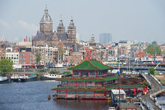 对市的看法有运河、圣尼古拉历史建筑和大教堂的阿姆斯特丹在阿姆斯特丹,荷兰 免版税库存照片
