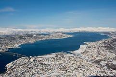 对市的鸟瞰图特罗姆瑟,在北极圈,挪威北部的350公里 库存图片