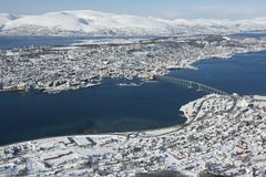 对市的鸟瞰图特罗姆瑟,在北极圈,挪威北部的350公里 库存照片