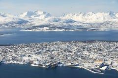 对市的鸟瞰图特罗姆瑟,在北极圈,挪威北部的350公里 图库摄影