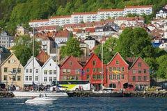 对布吕根地区的看法与在背景的居民住房在卑尔根,挪威 库存图片