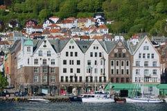 对布吕根地区的看法与在背景的居民住房在卑尔根,挪威 免版税库存照片