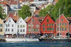 对布吕根地区的看法与在背景的居民住房在卑尔根,挪威 库存照片
