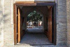 对布哈拉老大厦的庭院的入口  免版税库存照片