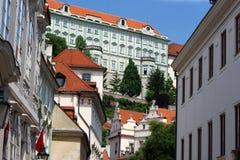 对布拉格城堡的会议街道 库存照片