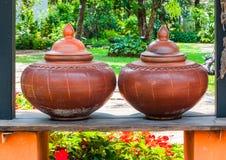 对布朗夫妇的特写镜头烘烤了在古老传统北泰国样式的黏土酒壶 免版税库存图片