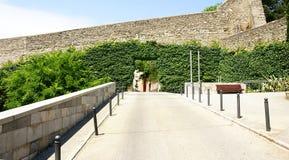 对希罗纳历史的中世纪镇的入口  免版税库存照片