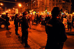 对平安的抗议者的罗马尼亚宪兵队和警察虐待暴力 免版税库存图片