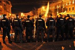 对平安的抗议者的罗马尼亚宪兵队和警察虐待暴力 图库摄影