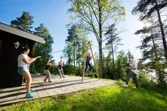对平衡妇女的工友牵索木结构的 图库摄影