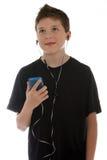 对年轻人的男孩听的音乐 免版税库存图片