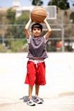 对年轻人的篮球男孩准备好的射击 免版税库存照片