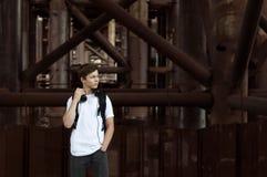 对年轻人的耳机听的人音乐 图库摄影