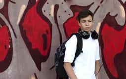 对年轻人的耳机听的人音乐 免版税库存图片