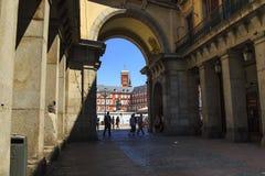 对广场市长的被成拱形的段落在马德里 免版税库存照片