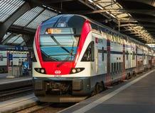 对库尔站立在平台的市的一列旅客列车  图库摄影