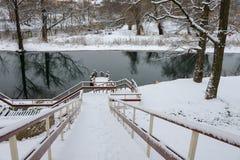对底部的木楼梯在冬天 免版税库存图片