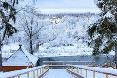 对底部的木楼梯在冬天 免版税库存照片