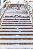 对底部的木楼梯在冬天 免版税图库摄影