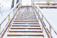对底部的木楼梯在冬天 库存照片