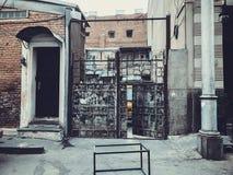 对庭院的入口 在城市街道的铁伪造的门装饰和装饰品 老第比利斯建筑学 库存照片