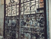 对庭院的入口 在城市街道的铁伪造的门装饰和装饰品 老第比利斯建筑学 库存图片