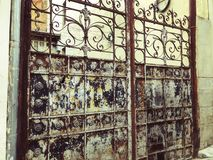 对庭院的入口 在城市街道的铁伪造的门装饰和装饰品 老第比利斯建筑学 免版税库存图片