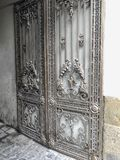 对庭院的入口 铁伪造的城市街道的装饰和装饰品 老第比利斯建筑学 库存照片