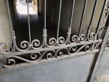 对庭院的入口 铁伪造的城市街道的装饰和装饰品 老第比利斯建筑学 免版税库存照片