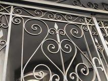 对庭院的入口 铁伪造的城市街道的装饰和装饰品 老第比利斯建筑学 免版税库存图片