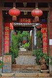 对庭院的生动的入口在丽江,中国 免版税图库摄影