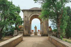 对庭院的看法别墅的在拉韦洛 意大利 免版税图库摄影