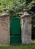 对庭院的老门 免版税库存照片