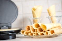 对开式铁心在厨房里 准备自创奶蛋烘饼,倒面团 库存图片