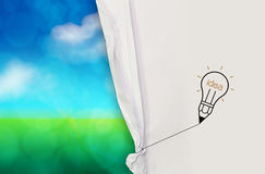 对开放被弄皱的纸的电灯泡想法画的绳索 库存照片